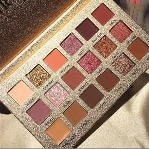 Highly pigmented 18 eyeshadow palette